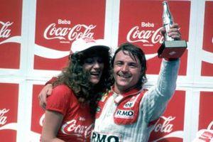 1. Rene Arnoux, Renault, mit Girl