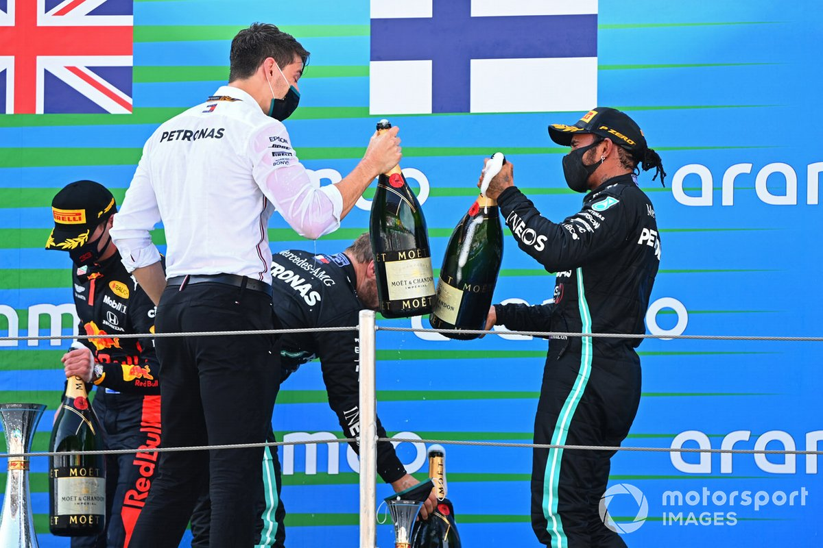 Lewis Hamilton, Mercedes-AMG Petronas F1, primo classificato, festeggia con il suo compagno di squadra sul podio