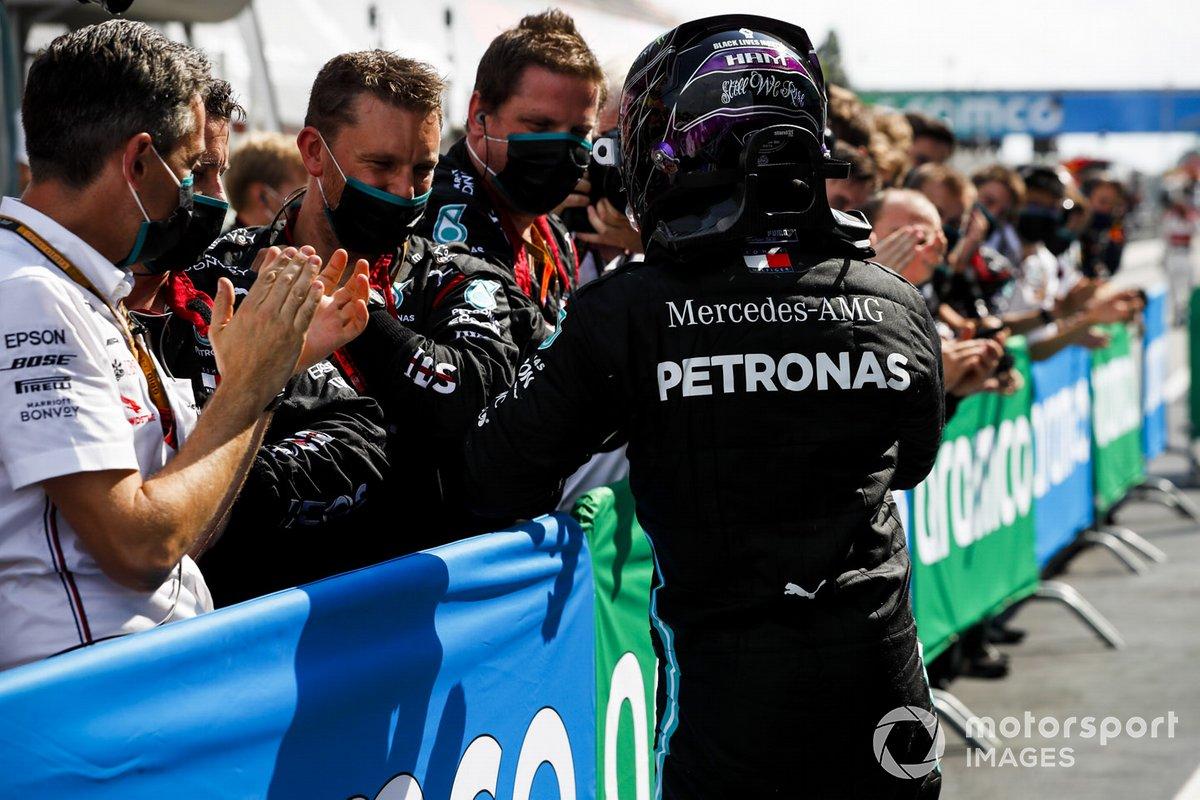 Il vincitore della gara Lewis Hamilton, Mercedes-AMG Petronas F1 festeggia al Parc Ferme