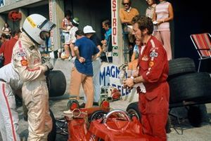 Jochen Rindt, Lotus 72C-Ford, Eddie Dennis prepares the car in the pits