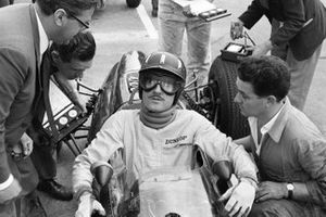 Graham Hill, BRM in conversation with mechanics and Tony Rudd