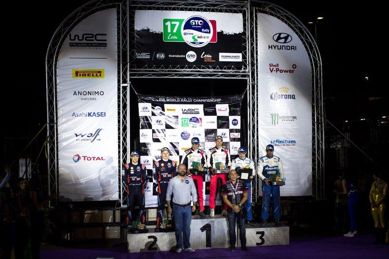 Podio: los ganadores Sébastien Ogier, Julien Ingrassia, Toyota Gazoo Racing WRT Toyota Yaris WRC, segundos Ott Tänak, Martin Järveoja, Hyundai Motorsport Hyundai i20 Coupe WRC, y terceros Teemu Suninen, Jarmo Lehtinen, M-Sport Ford WRT Ford Fiesta WRC