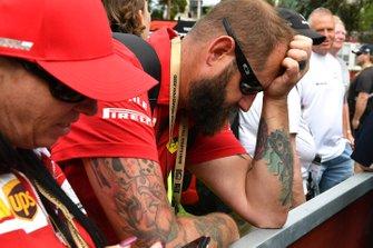 Un spectateur réagit à l'annulation du Grand Prix