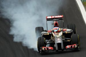 Romain Grosjean, Lotus E22 locks up with tyre blister