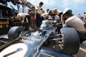 Lotus mechanics around Emerson Fittipaldi, Lotus 72D Ford