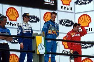 Podium: 1. Michael Schumacher, 2. Damon Hill, 3. Jean Alesi, mit Flavio Briatore