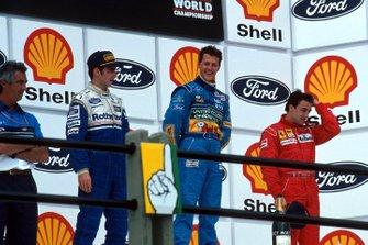 Podio: segundo lugar Damon Hill, Williams, ganador Michael Schumacher, Benetton, y el tercer lugar Jean Alesi, Ferrari, y Flavio Briatore director del equipo de Benetton