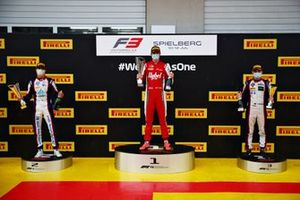 Podium: winnaar Frederik Vesti, Prema Racing, tweede Lirim Zendeli, Trident, derde David Beckmann, Trident