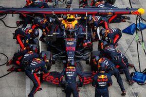 Alex Albon, Red Bull Racing RB16, in de pits
