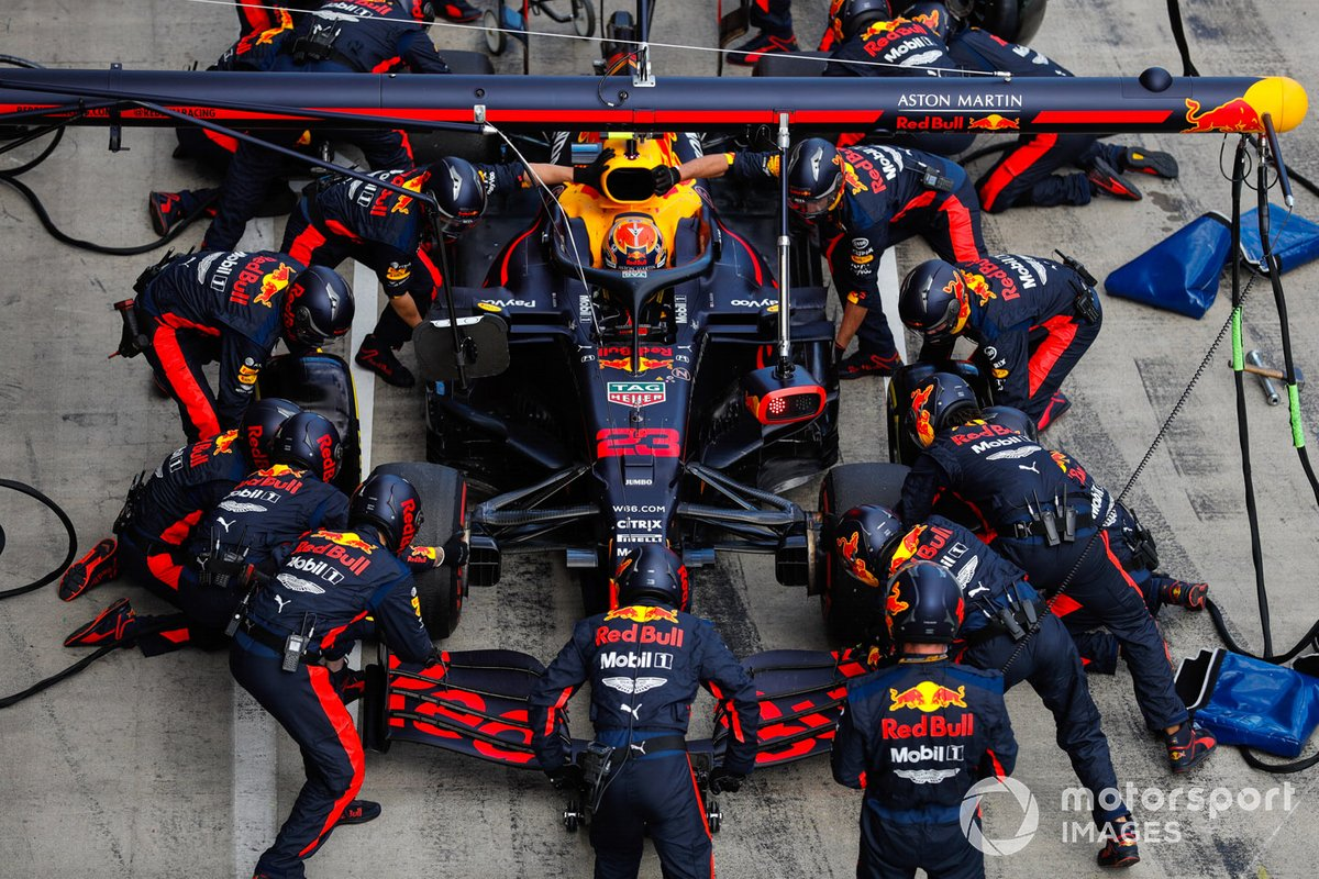 Alex Albon, Red Bull Racing RB16, durante il pitstop