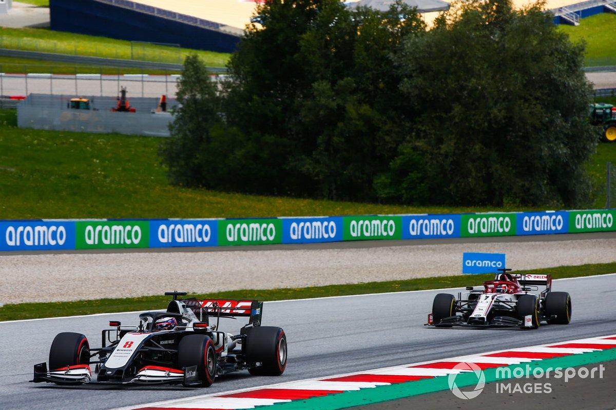 Romain Grosjean, Haas VF-20, precede Kimi Raikkonen, Alfa Romeo Racing C39