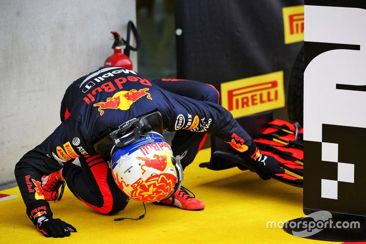 Max Verstappen, Red Bull Racing, investiga la parte inferior de su alerón delantero en la clasificación