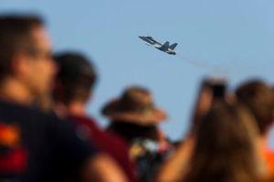 Пролет истребителя-бомбардировщика F/A-18A Hornet Королевских ВВС Австралии над трассой