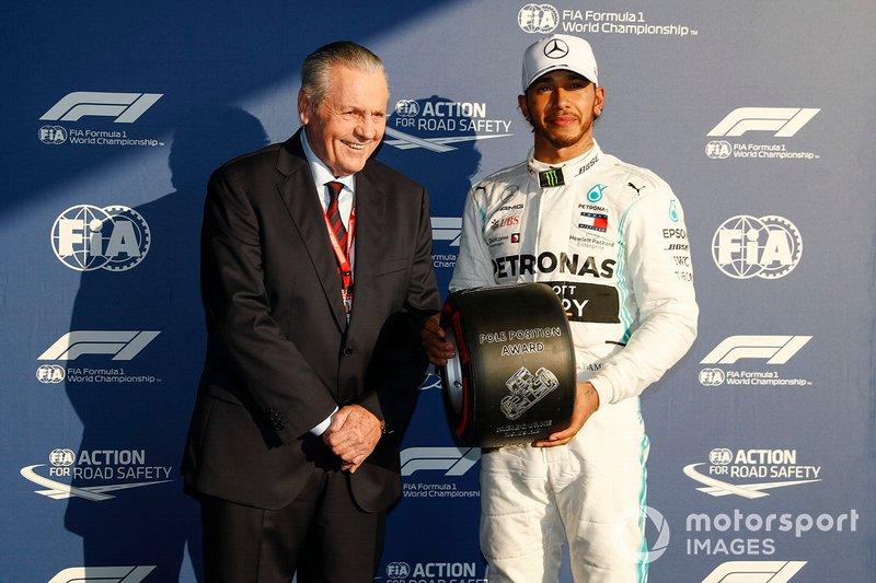 Il poleman Lewis Hamilton, Mercedes AMG F1 riceve il premio Pirelli Pole Position Award al Parco Chiuso da Alan Jones, Ex Campione del Mondo F1