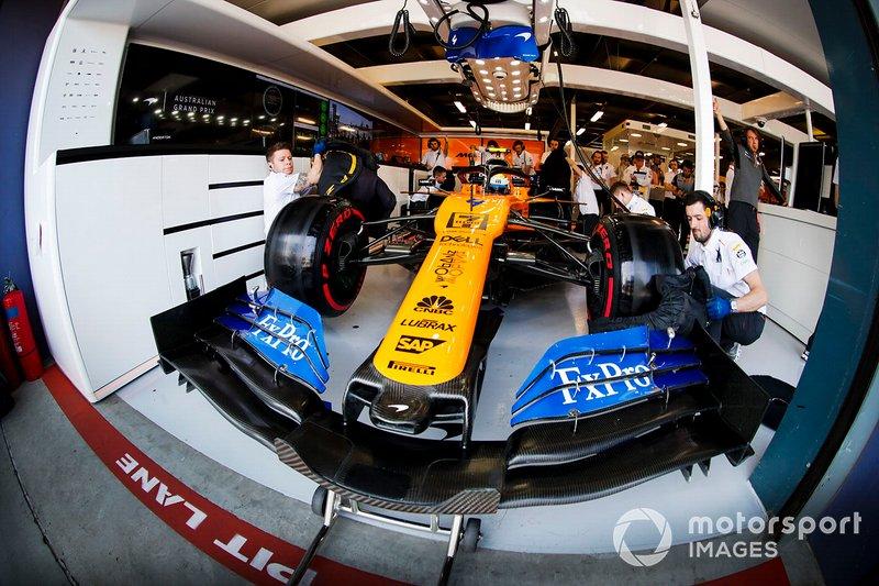Lando Norris, McLaren MCL34,nel garage