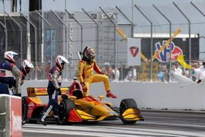 Ryan Hunter-Reay, Andretti Autosport Honda A pasos de su auto luego de perder un motor