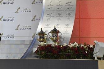 Los trofeos en el podio
