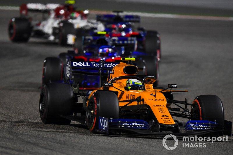 Lando Norris, McLaren MCL34, precede Alexander Albon, Toro Rosso STR14, e Daniil Kvyat, Toro Rosso STR14