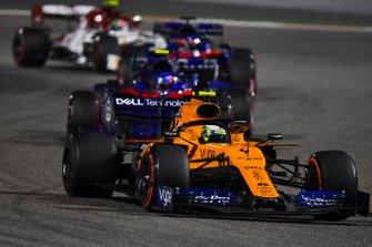 Lando Norris, McLaren MCL34, devant Alexander Albon, Toro Rosso STR14, et Daniil Kvyat, Toro Rosso STR14