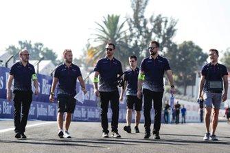 Sam Bird, Envision Virgin Racing and Robin Frijns, Envision Virgin Racing, on a track walk with their team