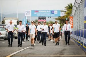 Stoffel Vandoorne, HWA Racelab, Gary Paffett, HWA Racelab, walk the track with team members