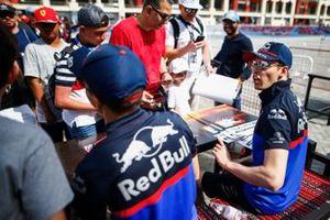 Daniil Kvyat, Toro Rosso, signe des autographes