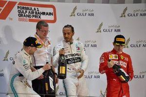Valtteri Bottas, Mercedes AMG F1, deuxième, Andy Cowell, directeur général, HPP, Mercedes AMG, Lewis Hamilton, Mercedes AMG F1, vainqueur, et Charles Leclerc, Ferrari, troisième, sur le podium