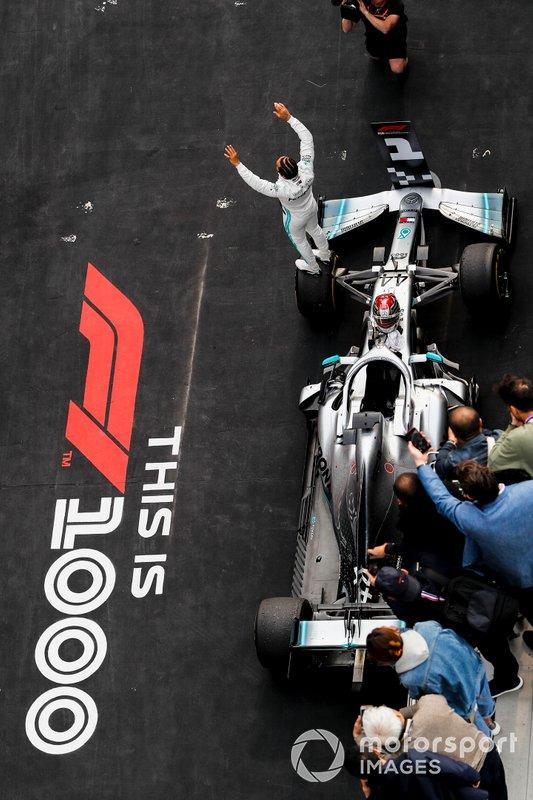 Lewis Hamilton, Mercedes AMG F1, festeggia la vittoria della gara, nel parco chiuso