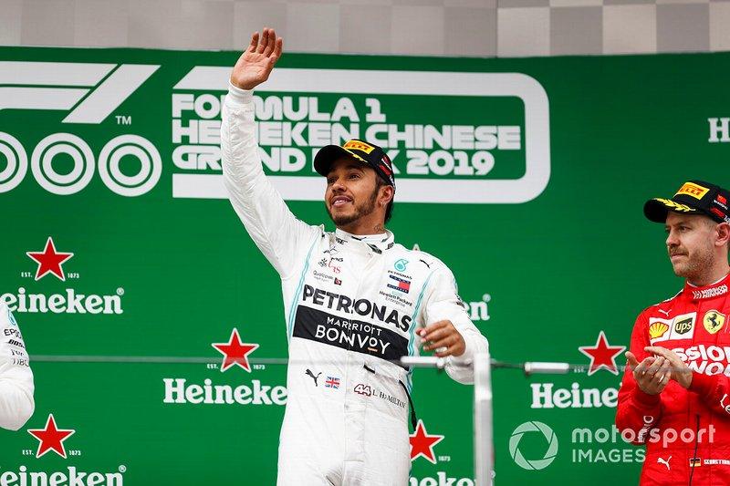 Lewis Hamilton, Mercedes AMG F1 celebra en el podio con Vettel