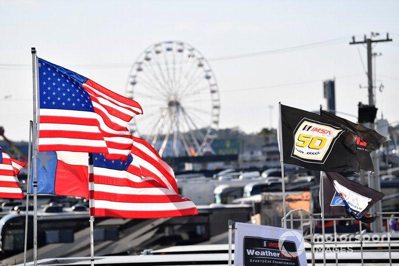 Флаги и колесо обозрения