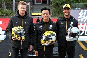 Nico Hulkenberg, Renault F1 Team, Daniel Ricciardo, Renault F1 Team, Guanyu Zhou, tester e pilota di sviluppo Renault F1 Team, con i loro caschi