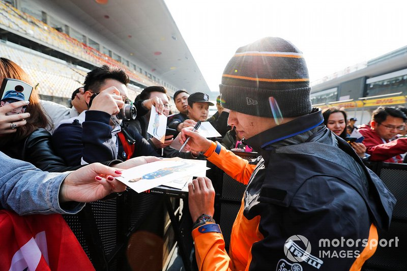 Lando Norris, McLaren signs an autograph for a fan
