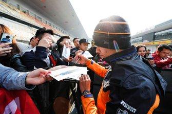 Ландо Норріс (McLaren) роздає автографи