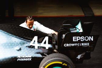 Льюис Хэмилтон у Mercedes AMG F1 W10 после финиша