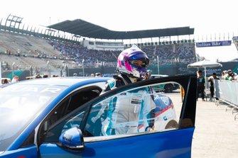La vincitrice della gara Katherine Legge, Rahal Letterman Lanigan Racing, arriva nel parco chiuso