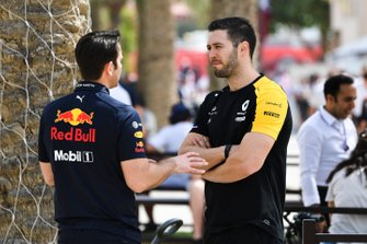 Red Bull and Renault team members in discussion