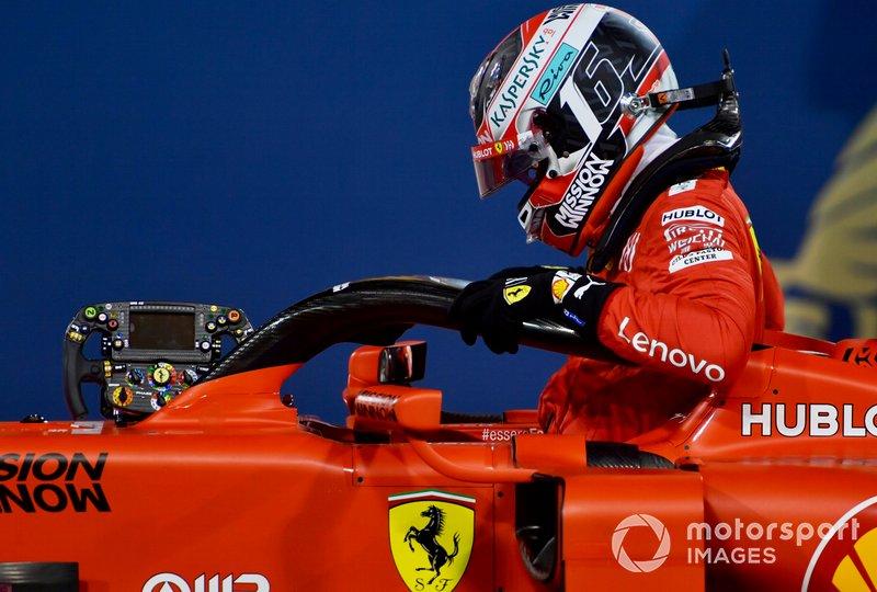 Charles Leclerc, Ferrari, sale de su cabina después de obtener su primera pole position en la F1