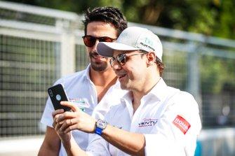 Felipe Massa, Venturi Formula E, shows Lucas di Grassi, Audi Sport ABT Schaeffler, his phone
