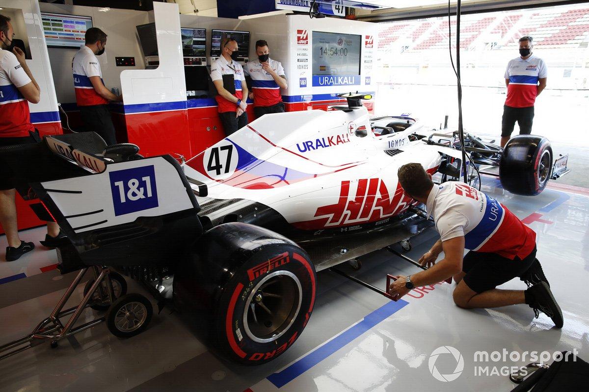 El Haas de Mick Schumacher en el box