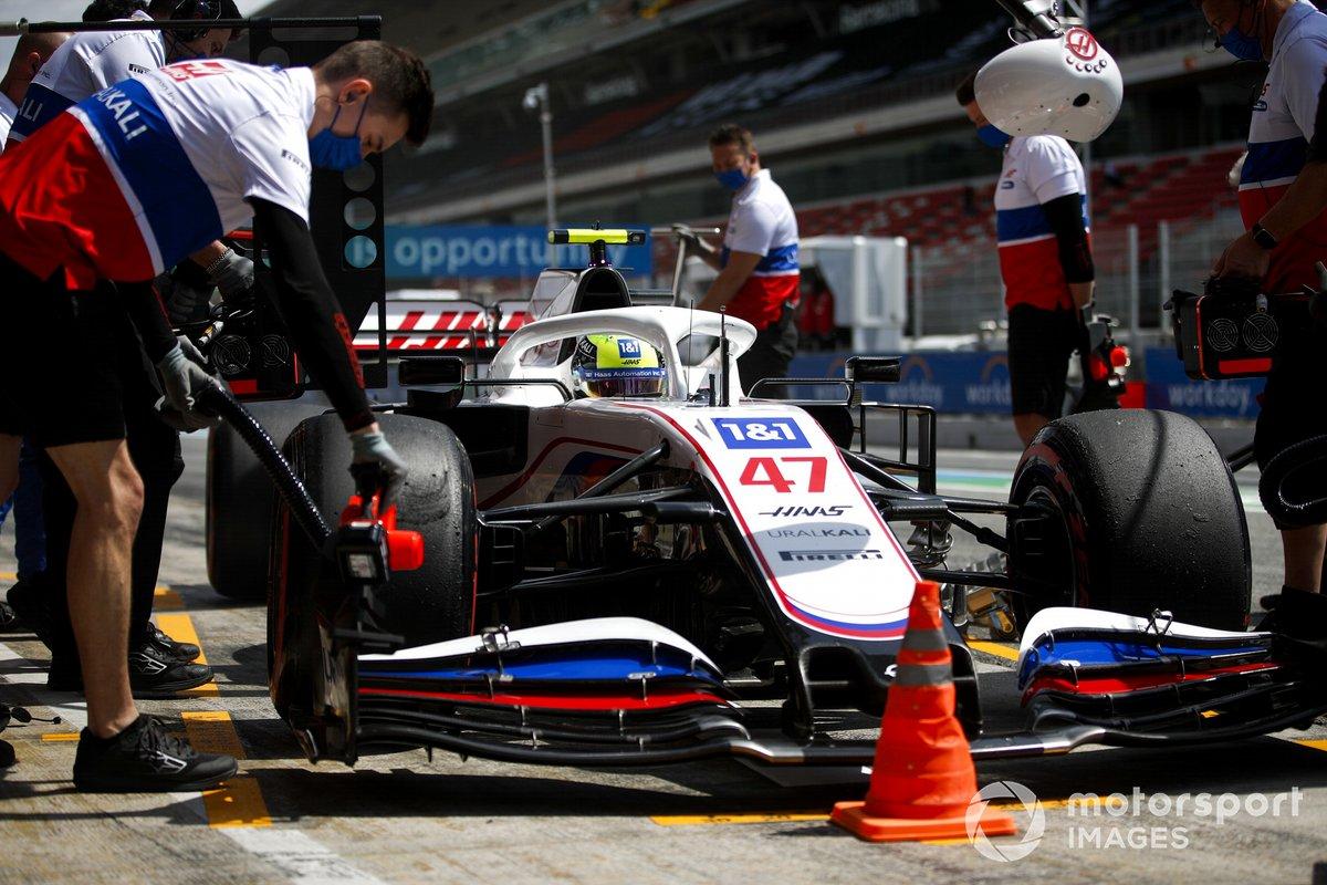 Mick Schumacher, Haas VF-21, en pits