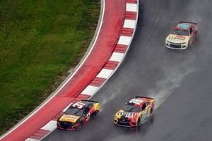 Ryan Preece, JTG Daugherty Racing, Chevrolet Camaro Louisiana Hot Sauce nad Kyle Busch, Joe Gibbs Racing, Toyota Camry M&M's Mix