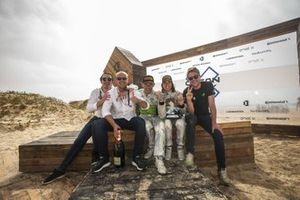 Jamie Chadwick, Stephane Sarrazin, Veloce Racing and team members with trophy
