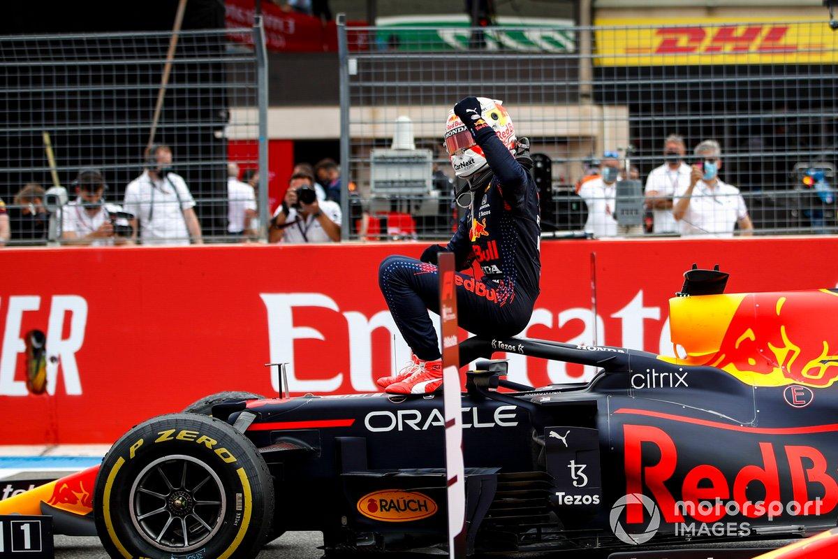 Max Verstappen, Red Bull Racing, 1° classificato, festeggia all'arrivo nel Parco Chiuso