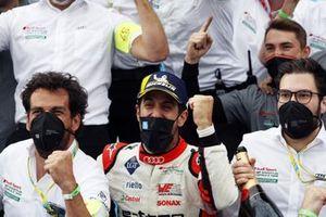 Ganador Lucas Di Grassi, Audi Sport ABT Schaeffler, celebra con el equipo