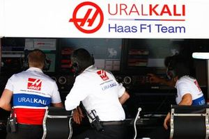 Guenther Steiner, Team Principal, Haas F1, on the pit wall