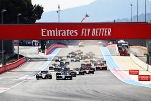 Calan Williams, Jenzer Motorsport y Logan Sargeant, Charouz Racing System en la salida