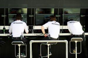Mercedes-teamleden op de pitmuur