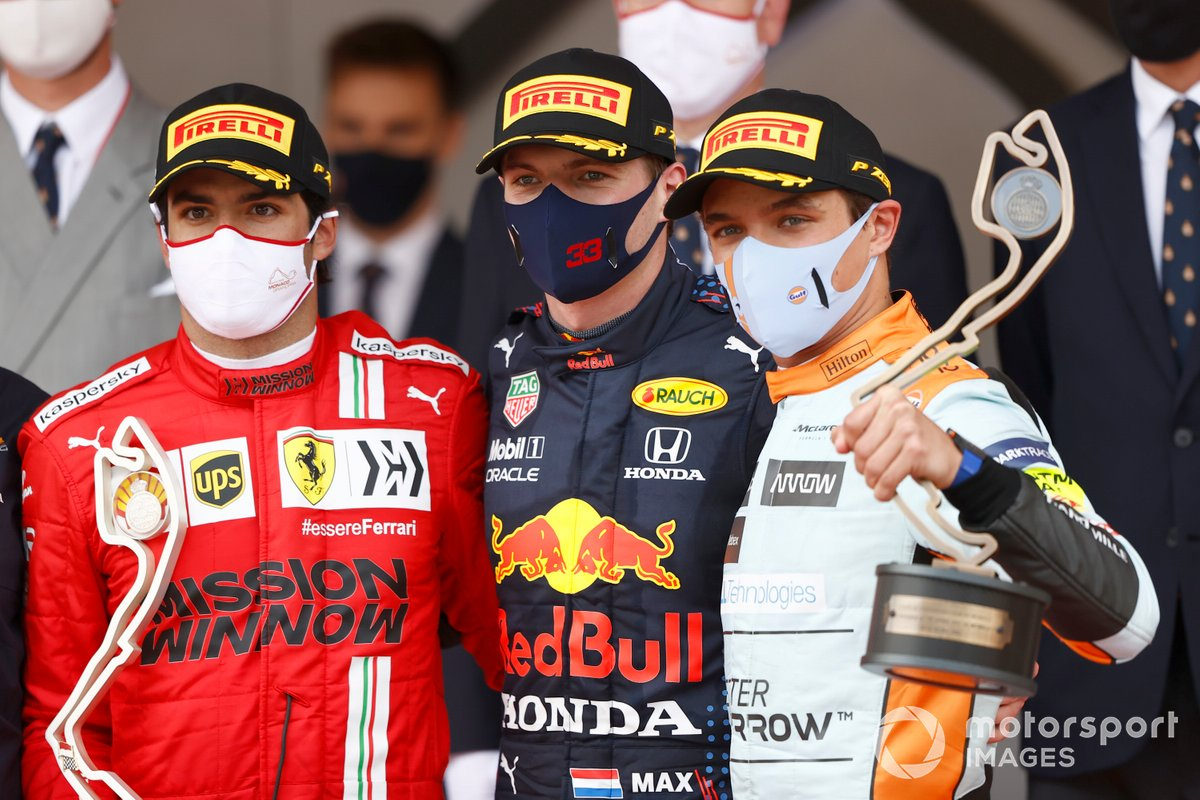 Podio: segundo lugar Carlos Sainz Jr., Ferrari, ganador Max Verstappen, Red Bull Racing, y tercer lugar Lando Norris de McLaren