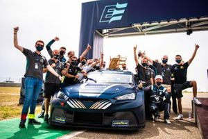 El equipo Zengő Motorsport X CUPRA Cupra e-Racer celebra la victoria
