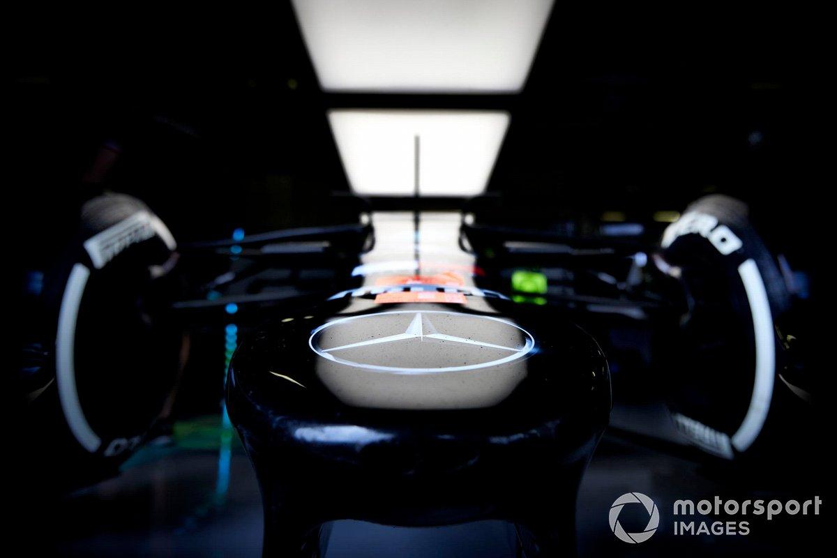 Simbolo Mercedes sul muso della vettura di Lewis Hamilton, Mercedes W12